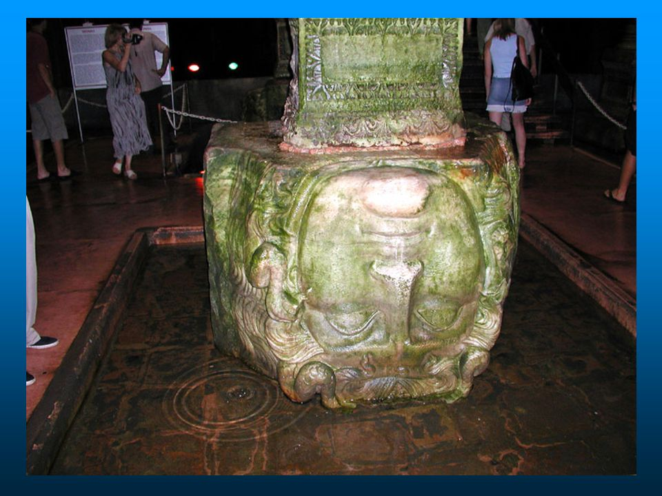 Na base de duas das colunas, foram colocadas cabeças de medusa em posições diferentes, o que gera polêmicas sobre o motivo de sua utilização.