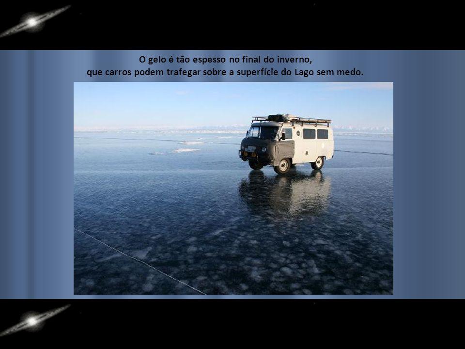 O gelo é tão espesso no final do inverno, que carros podem trafegar sobre a superfície do Lago sem medo.