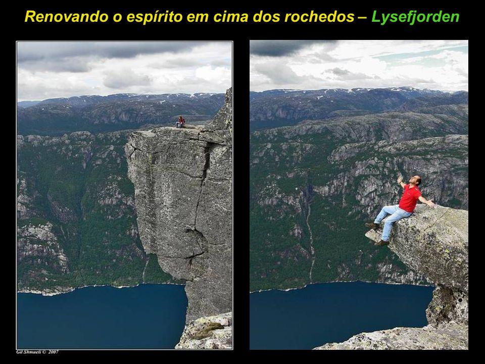 A rocha de Kjer 818m acima de Lysefjorden – Kjeragbolten
