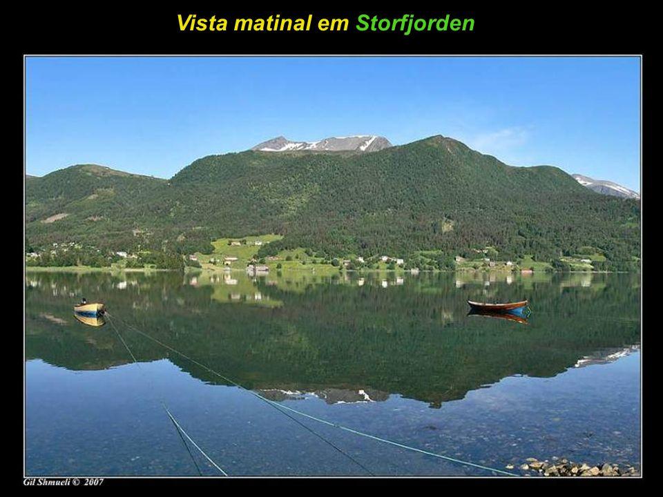 Pequeno povoado no sopé da montanha - AurlandsFjorden