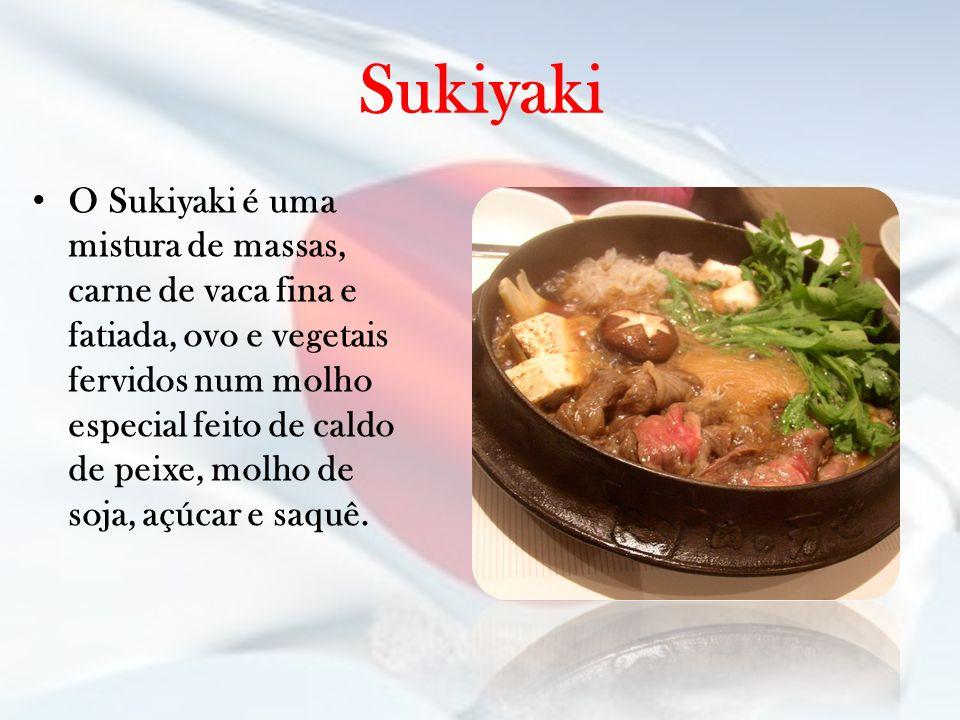 Sukiyaki O Sukiyaki é uma mistura de massas, carne de vaca fina e fatiada, ovo e vegetais fervidos num molho especial feito de caldo de peixe, molho d