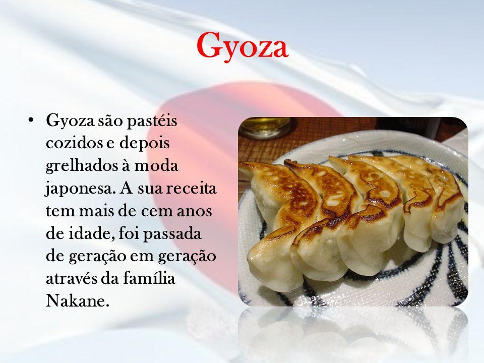 Gyoza Gyoza são pastéis cozidos e depois grelhados à moda japonesa. A sua receita tem mais de cem anos de idade, foi passada de geração em geração atr