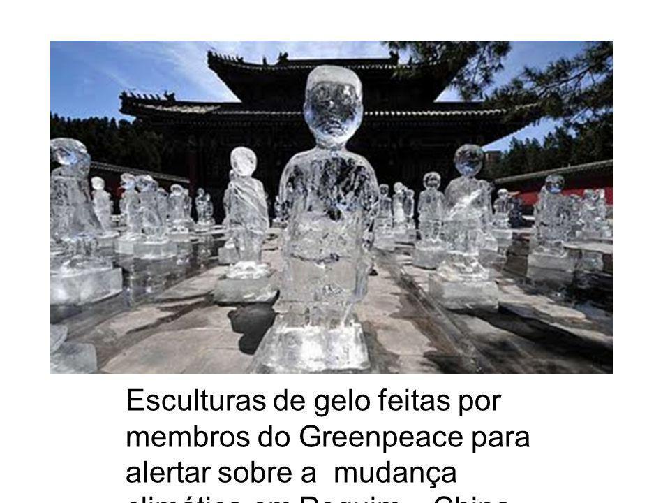 Esculturas de gelo feitas por membros do Greenpeace para alertar sobre a mudança climática,em Pequim – China.