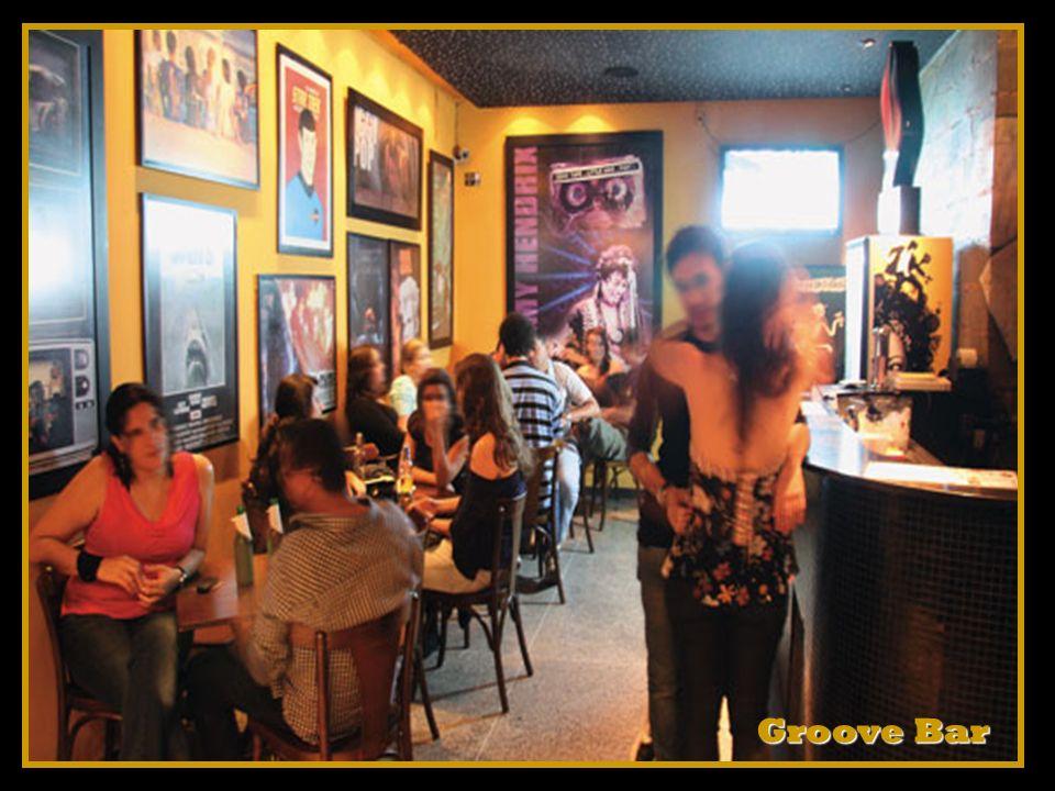 Muitos lisboetas reúnem-se ao redor dos quiosques do local para conversar, tocar instrumentos musicais, tomar uma cerveja...