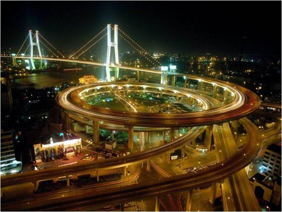 13 A ponte tem uma autoestrada de 6 pistas e uma distancia de 120 km entre Shangai e Ningbo.