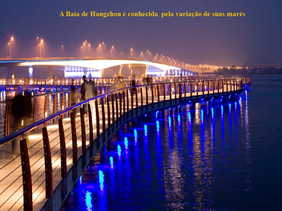 31 um mirante de onde os visitantes podem observar as marés extraordinárias e o balanço da ponte.
