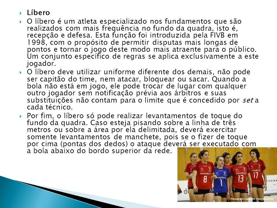 Líbero O líbero é um atleta especializado nos fundamentos que são realizados com mais frequência no fundo da quadra, isto é, recepção e defesa.