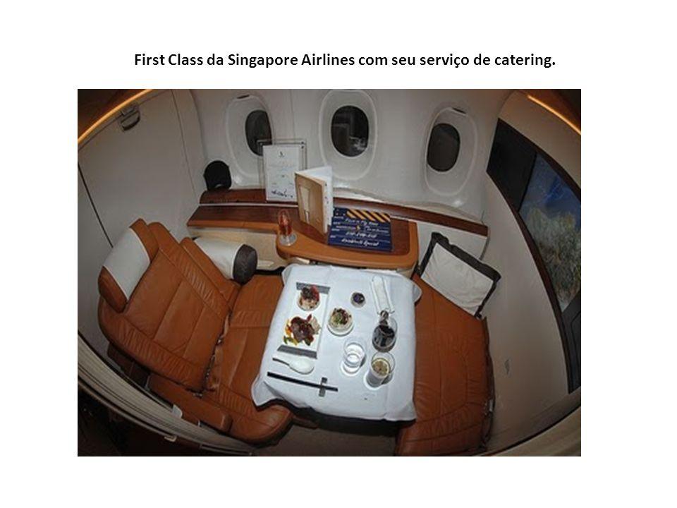 Serviços de bordo da Singapore: Impecáveis... A ser realizado em GRU pela Gate Gourmet. A ser realizado em GRU pela Gate Gourmet. Na conexão em Barcel