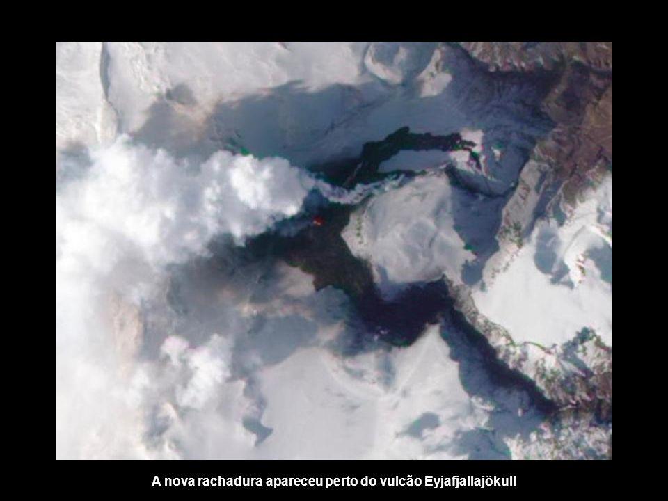 Para além das nuvens, das águas subterrâneas erupção vulcânica ocorreu ontem de manhã cedo causou o derretimento de geleiras, causando fortes enchente