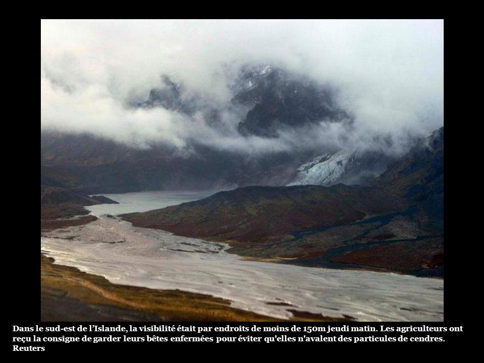 O derretimento das geleiras causou duas grandes correntes de água em dois flancos do vulcão, danificando as estradas, que foram fechadas (Foto). As au