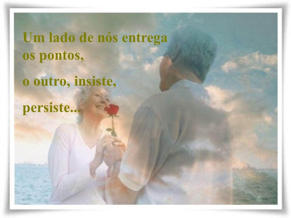 Um lado de nós ama o amor mesmo que amando não esteja... O outro lado soluça e se esvazia de sonhos... de fantasias...