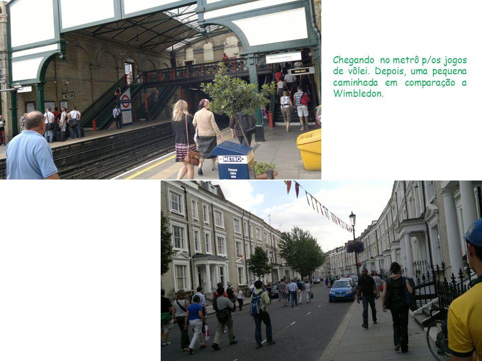 Chegando no metrô p/os jogos de vôlei. Depois, uma pequena caminhada em comparação a Wimbledon.