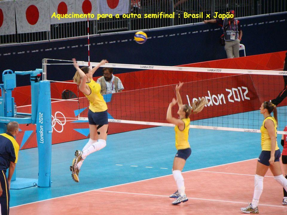 Aquecimento para a outra semifinal : Brasil x Japão