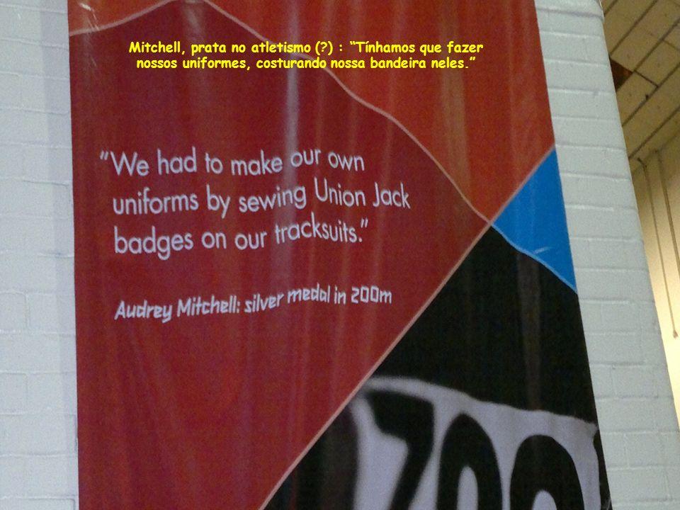 Mitchell, prata no atletismo ( ) : Tínhamos que fazer nossos uniformes, costurando nossa bandeira neles.