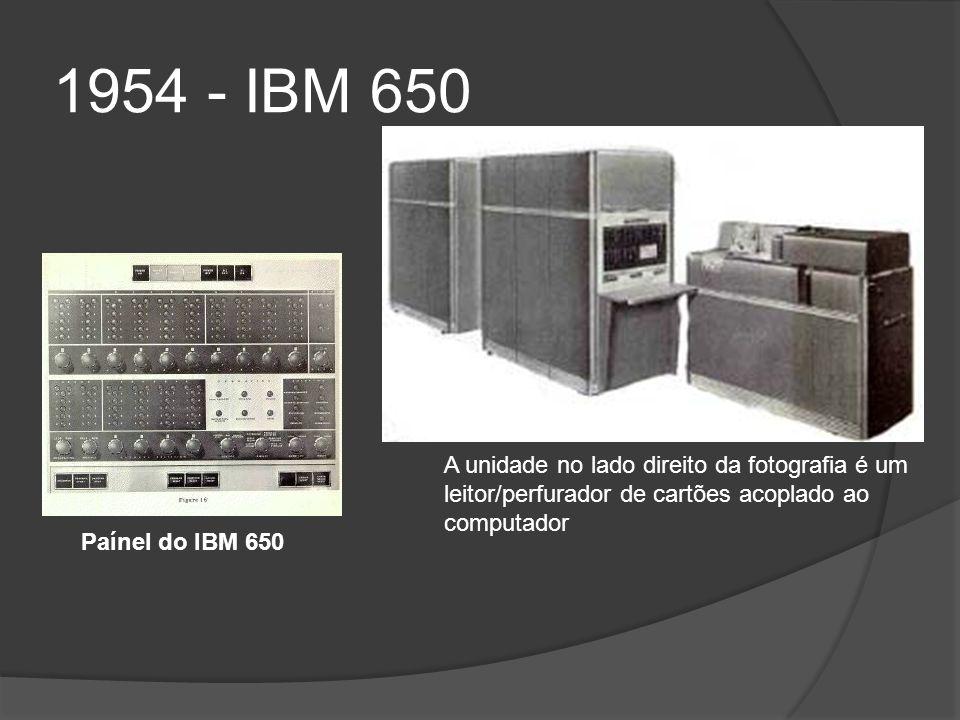 1954 - IBM 650 A unidade no lado direito da fotografia é um leitor/perfurador de cartões acoplado ao computador Paínel do IBM 650