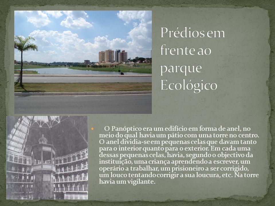 O Panóptico era um edifício em forma de anel, no meio do qual havia um pátio com uma torre no centro. O anel dividia-se em pequenas celas que davam ta