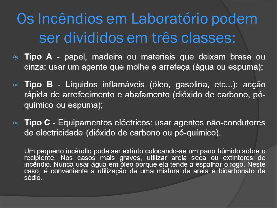 Os Incêndios em Laboratório podem ser divididos em três classes: Tipo A - papel, madeira ou materiais que deixam brasa ou cinza: usar um agente que mo