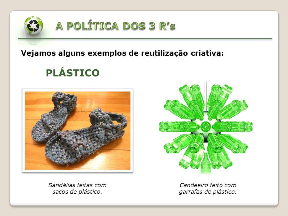 Galinha feita com sacos de plástico. Composição gráfica feita com tampas de garrafas.