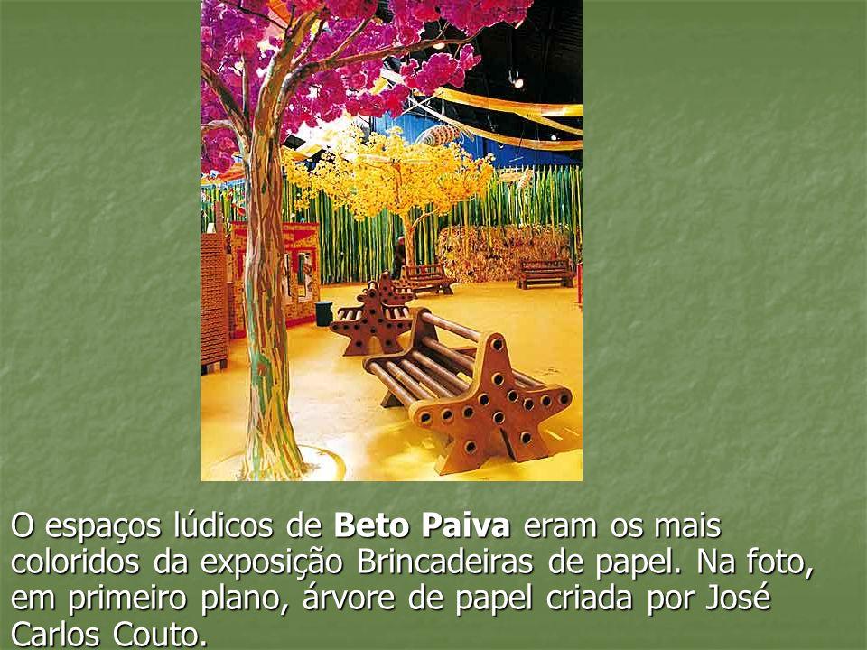 O espaços lúdicos de Beto Paiva eram os mais coloridos da exposição Brincadeiras de papel. Na foto, em primeiro plano, árvore de papel criada por José