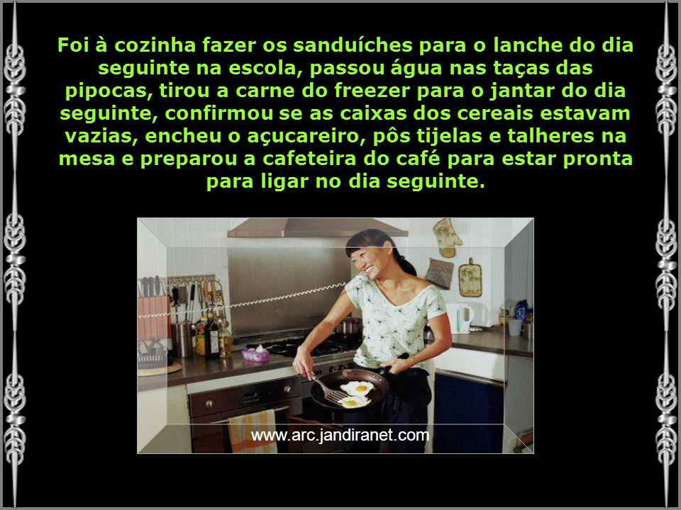 Foi à cozinha fazer os sanduíches para o lanche do dia seguinte na escola, passou água nas taças das pipocas, tirou a carne do freezer para o jantar do dia seguinte, confirmou se as caixas dos cereais estavam vazias, encheu o açucareiro, pôs tijelas e talheres na mesa e preparou a cafeteira do café para estar pronta para ligar no dia seguinte.