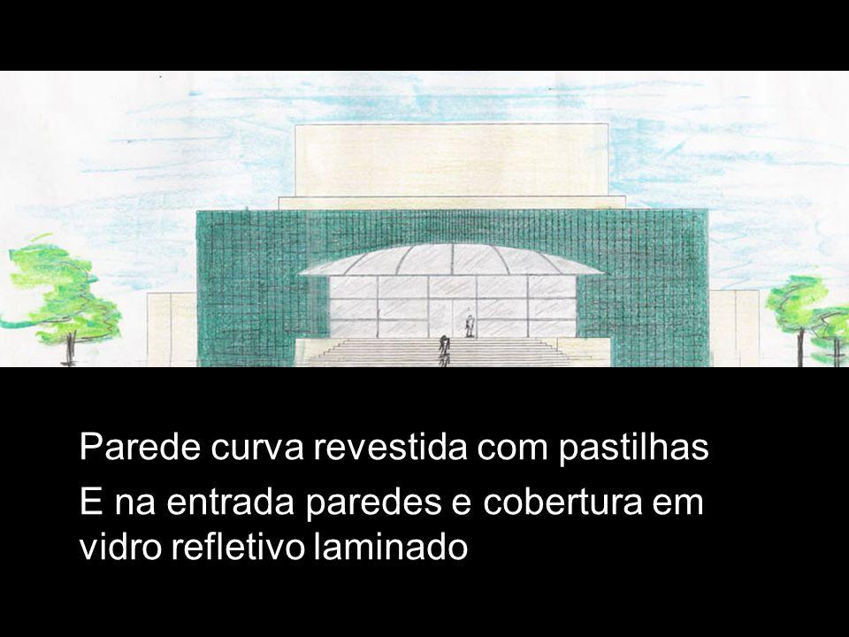 Parede curva revestida com pastilhas E na entrada paredes e cobertura em vidro refletivo laminado