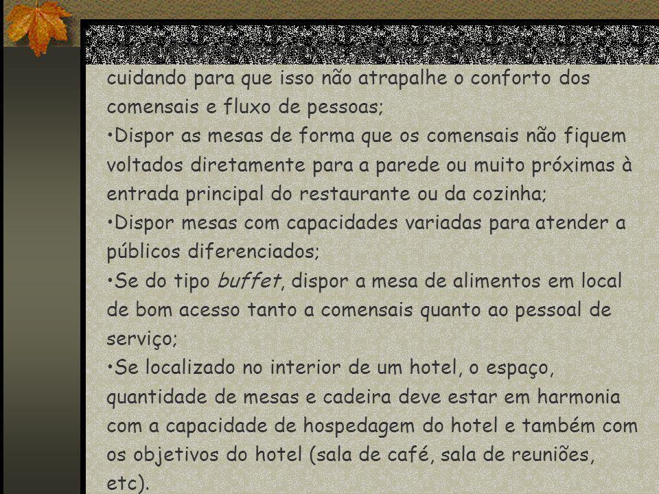Quanto ao mobiliário deve: Estar em harmonia com a categoria do restaurante; Facilitar o serviço do pessoal de serviço (brigada do restaurante); Oferecer conforto para os comensais; Ser de fácil Limpeza e padronizado para facilitar reposições Ser resistentes para uso diários; Compor com a decoração.