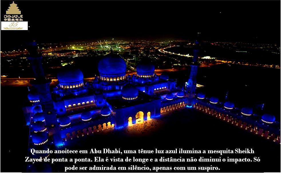 Este é o salão de orações, onde fiéis e visitantes devem manifestar o maior respeito.