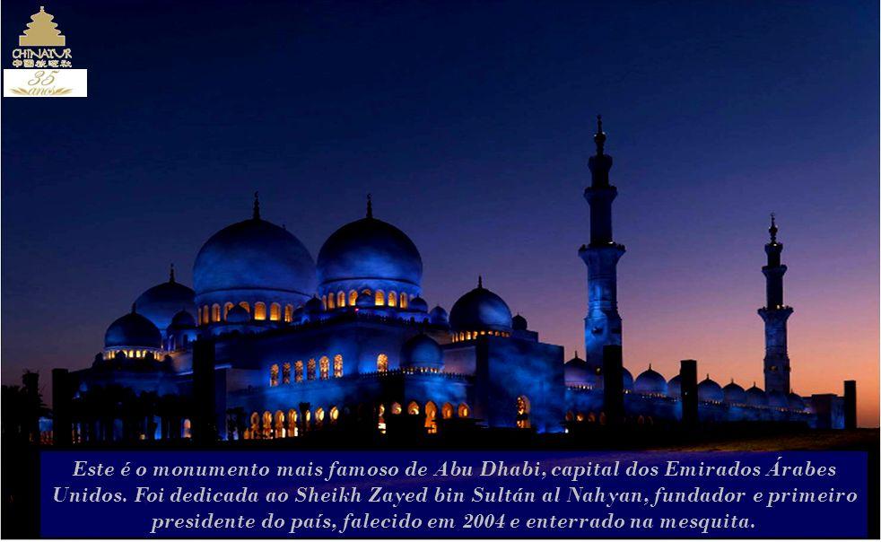 Este é o monumento mais famoso de Abu Dhabi, capital dos Emirados Árabes Unidos.