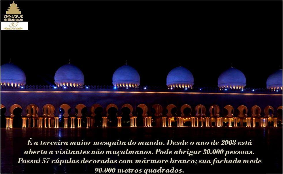 É a terceira maior mesquita do mundo.Desde o ano de 2008 está aberta a visitantes não muçulmanos.
