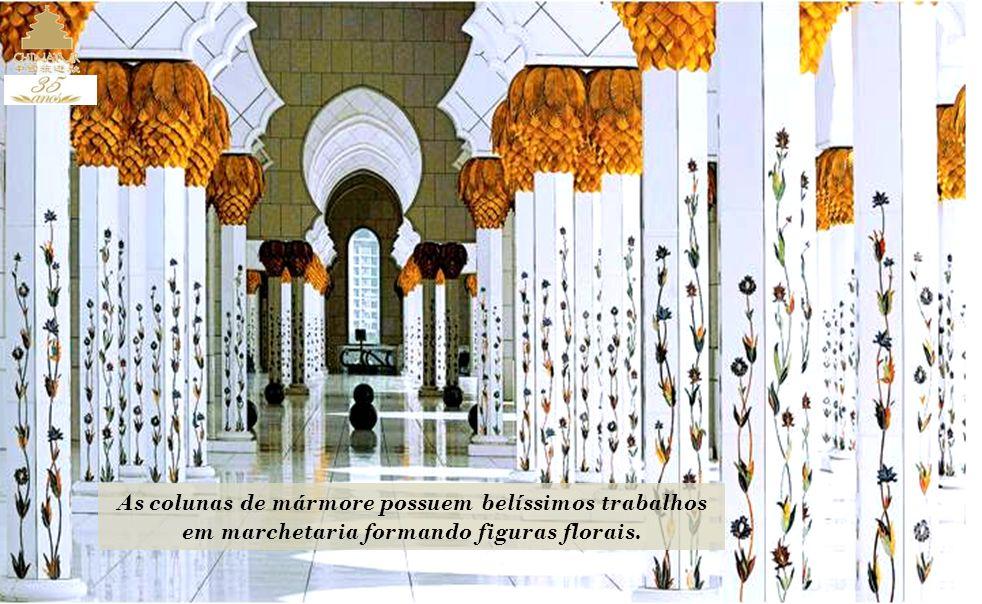 O interior da mesquita é espetacular e possui maravilhosas obras com desenhos, como o maior tapete do mundo, de mais de 5.600 metros quadrados, 47 ton