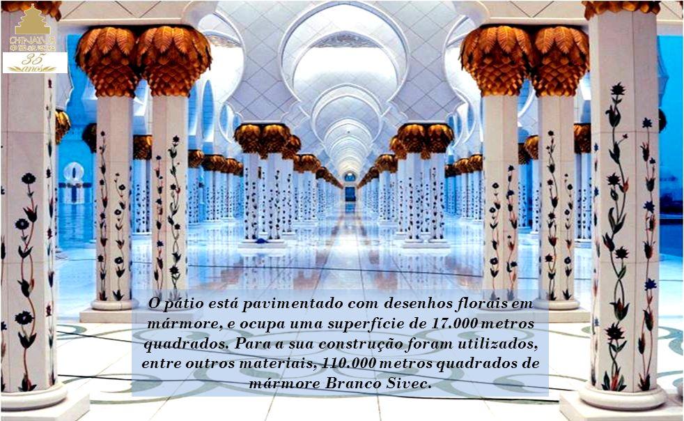 O pátio está pavimentado com desenhos florais em mármore, e ocupa uma superfície de 17.000 metros quadrados.