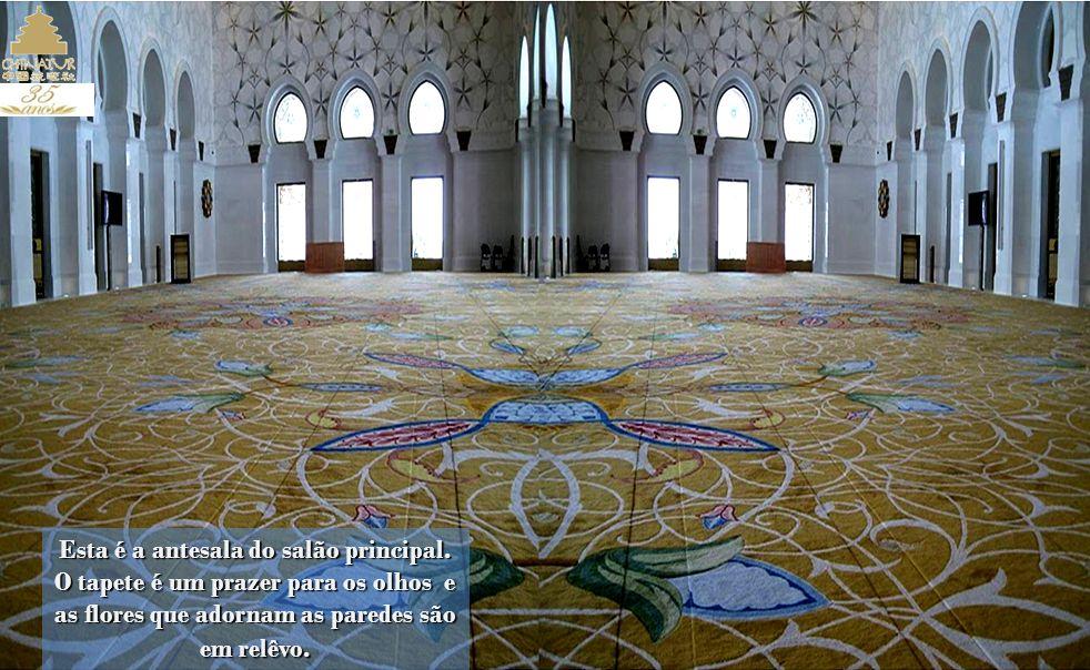 O pátio está pavimentado com desenhos florais em mármore, e ocupa uma superfície de 17.000 metros quadrados. Para a sua construção foram utilizados, e