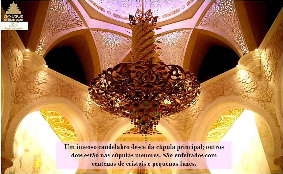 Um imenso candelabro desce da cúpula principal; outros dois estão nas cúpulas menores.