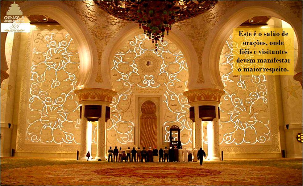 Um imenso candelabro desce da cúpula principal; outros dois estão nas cúpulas menores. São enfeitados com centenas de cristais e pequenas luzes.