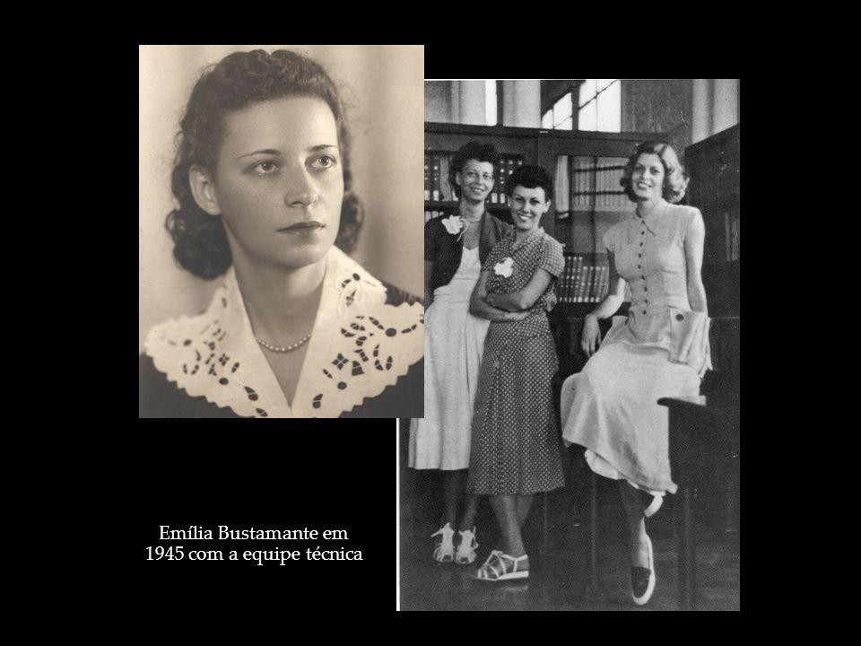 Emília Bustamante em 1945 com a equipe técnica