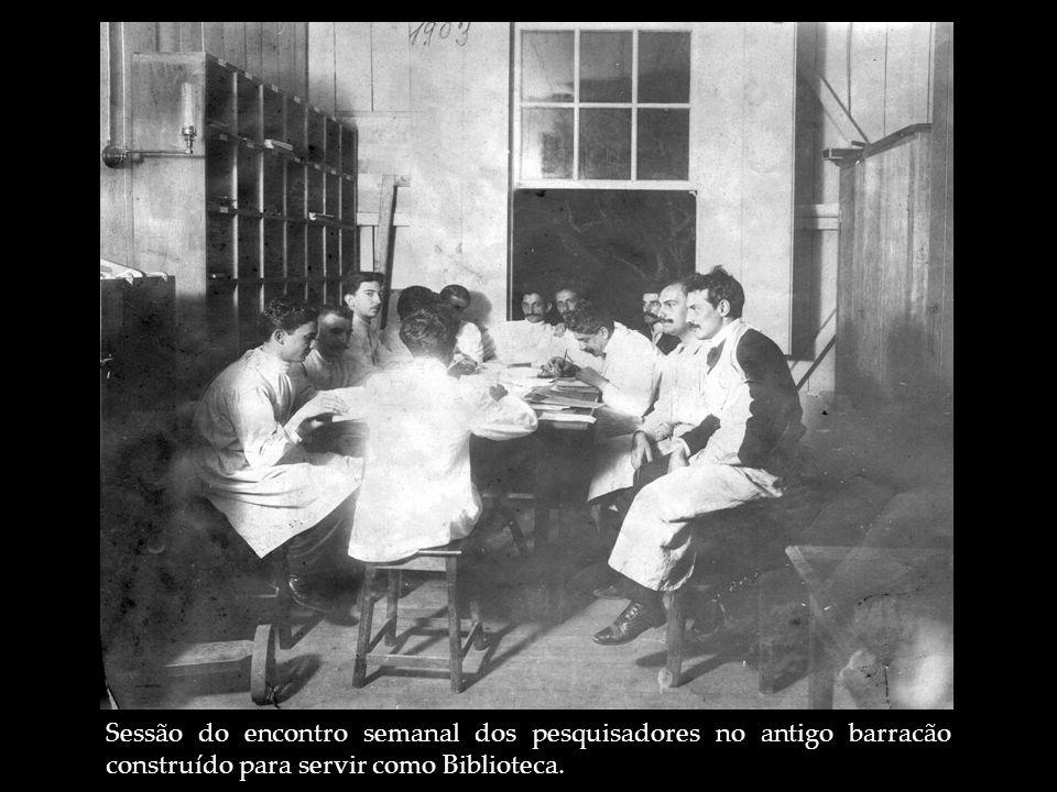 Sessão do encontro semanal dos pesquisadores no antigo barracão construído para servir como Biblioteca.