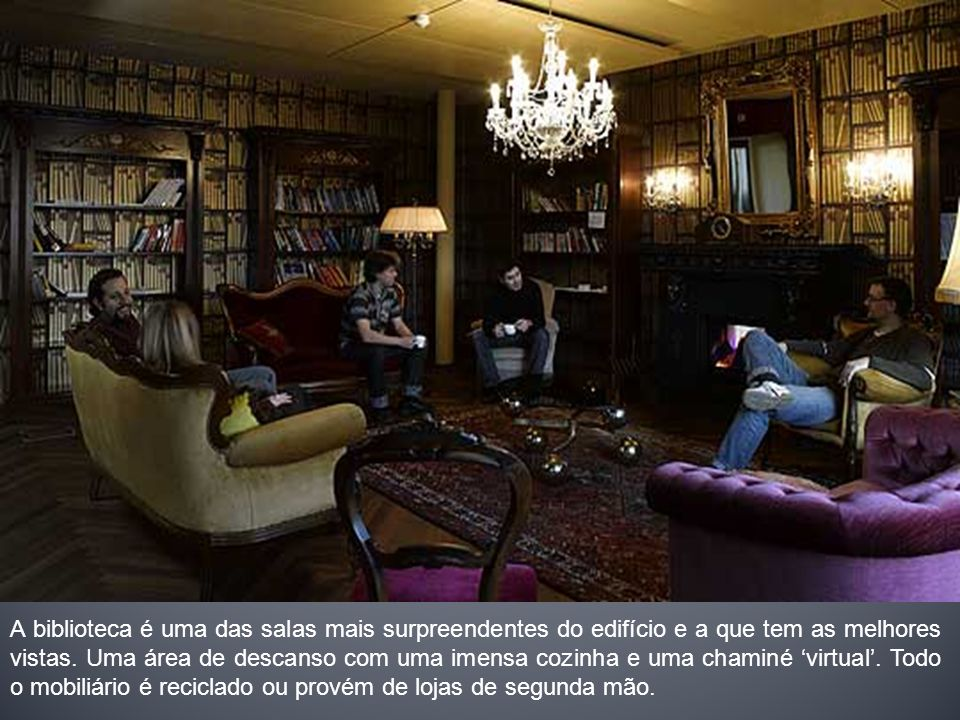 A biblioteca é uma das salas mais surpreendentes do edifício e a que tem as melhores vistas. Uma área de descanso com uma imensa cozinha e uma chaminé