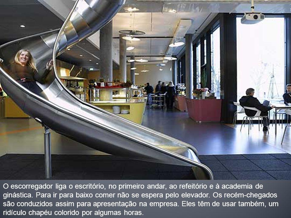 O escorregador liga o escritório, no primeiro andar, ao refeitório e à academia de ginástica.