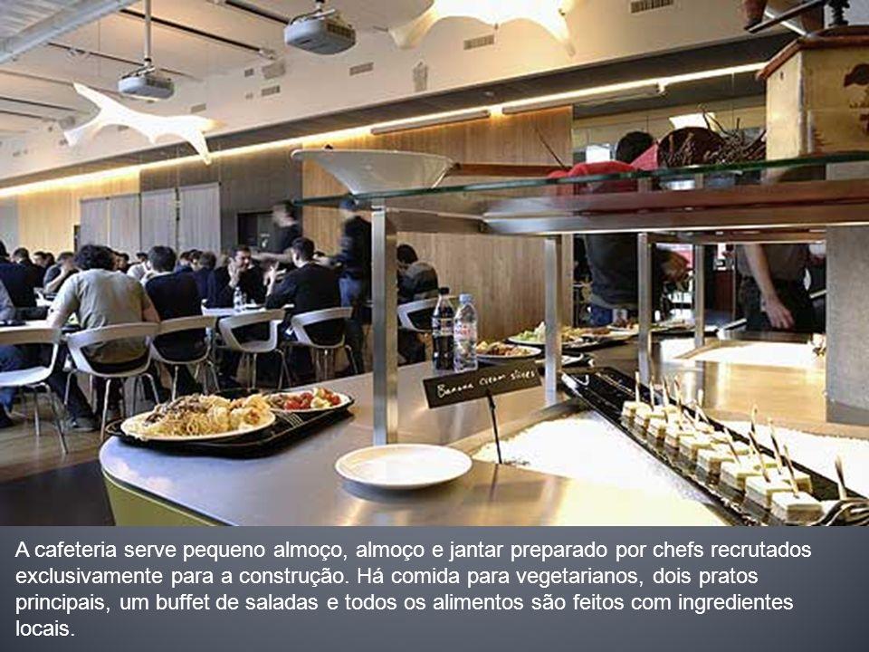 A cafeteria serve pequeno almoço, almoço e jantar preparado por chefs recrutados exclusivamente para a construção. Há comida para vegetarianos, dois p