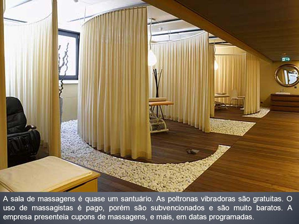 A sala de massagens é quase um santuário. As poltronas vibradoras são gratuitas. O uso de massagistas é pago, porém são subvencionados e são muito bar