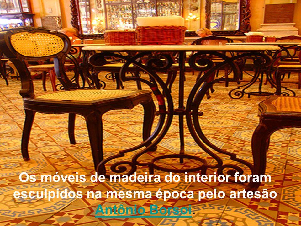 Os móveis de madeira do interior foram esculpidos na mesma época pelo artesão Antônio Borsoi.