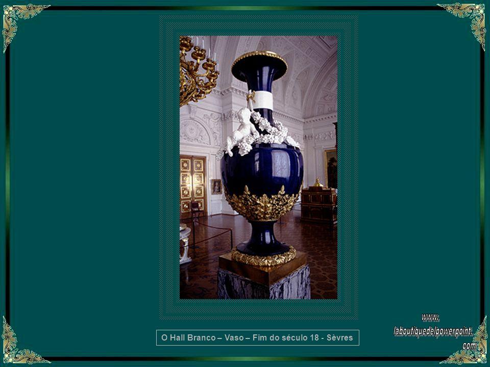 O vaso Kolivan, de 18 toneladas, em jaspe, é tão grande que este salão teve que ser construído ao seu redor