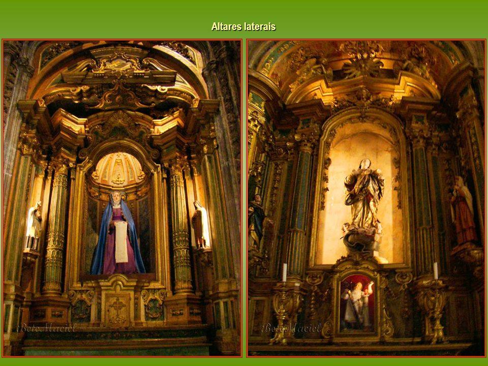 Igreja Santa Maria Belém A Igreja apresenta uma planta em cruz latina, composta por três naves à mesma altura (igreja salão), reunidas por uma única a
