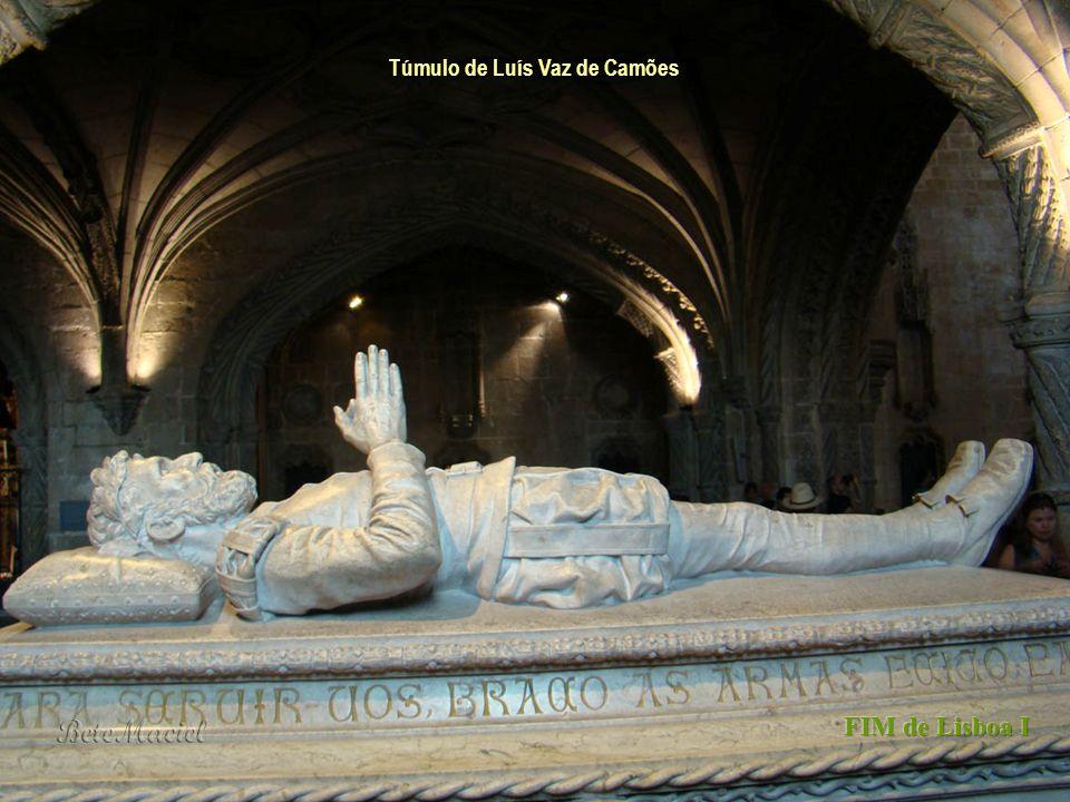 Túmulo de Vasco da Gama Quando se entra, encontram-se os túmulos de Vasco da Gama (sub-coro esquerdo) e de Luís de Camões (sub-coro direito), ambos do
