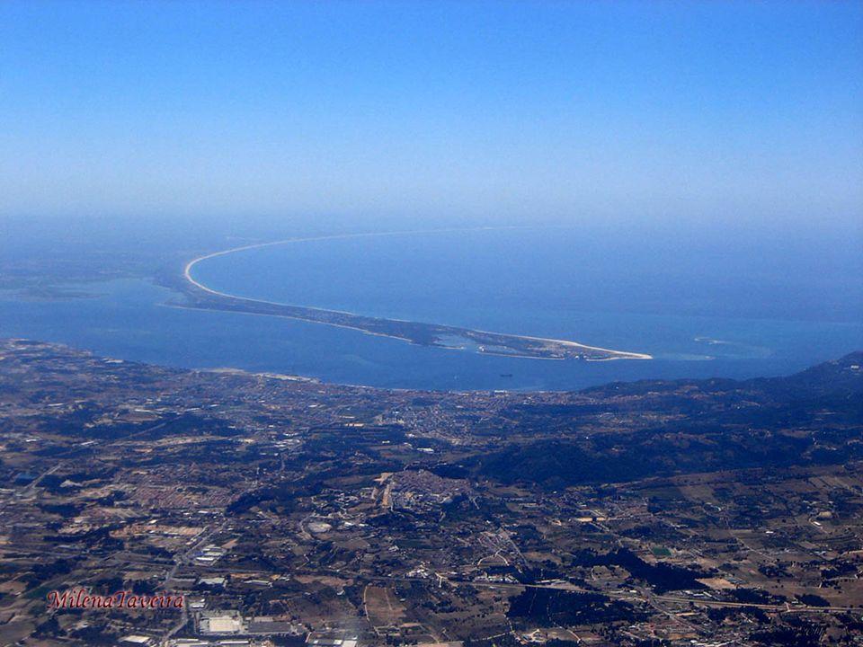 Lisboa, a capital de Portugal, localiza-se na margem direita do rio Tejo, perto do local onde o rio encontra o Oceano Atlântico. É a única capital eur