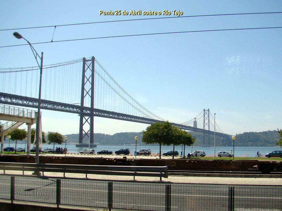 Ponte 25 de Abril sobre o Rio Tejo A Ponte 25 de Abril é uma ponte pênsil rodo-ferroviária que liga a cidade de Lisboa à cidade de Almada. Inaugurada