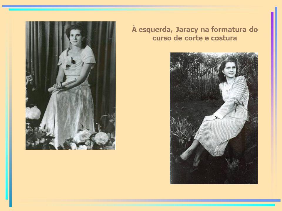 À esquerda, Jaracy na formatura do curso de corte e costura