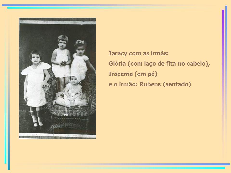 Jaracy com as irmãs: Glória (com laço de fita no cabelo), Iracema (em pé) e o irmão: Rubens (sentado)