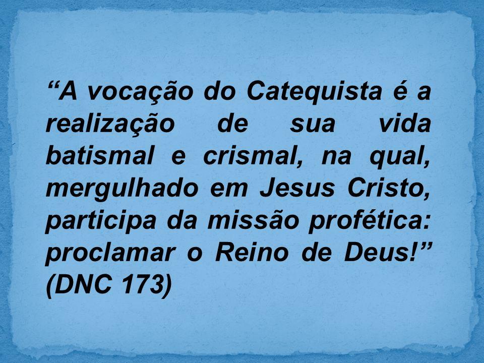 A vocação do Catequista é a realização de sua vida batismal e crismal, na qual, mergulhado em Jesus Cristo, participa da missão profética: proclamar o Reino de Deus.