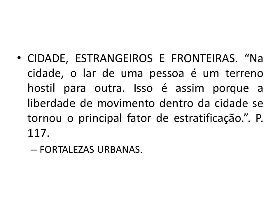 CIDADE, ESTRANGEIROS E FRONTEIRAS. Na cidade, o lar de uma pessoa é um terreno hostil para outra. Isso é assim porque a liberdade de movimento dentro